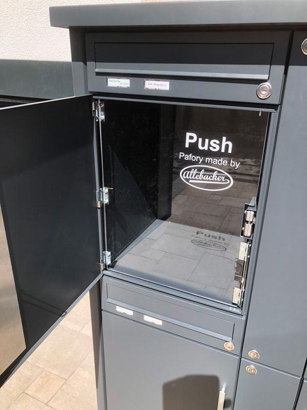 """Parcel-Box Paketbriefkasten Paketkasten - Briefkasten Kombination """"pafory"""" Schritt 5: Paketfachtür öffnet sich"""